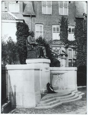 006856 - Monument voor professor dr. Franciscus Cornelis Donders (1818-1889) op het St. Janskerkhof te Utrecht.Donders begon in 1842 op 24-jarige leeftijd in Utrecht als docent anatomie en fysiologie aan de opleiding voor militaire geneeskundigen. Daarnaast verrichte hij onderzoek naar onder meer de werking van het menselijk oog, een terrein waarop hij zich al snel een uitstekende wetenschappelijke reputatie verwierf. Vanaf 1858 was de oogheelkundige praktijk van Donders ondergebracht in een eigen Gasthuis voor Behoeftigen en Minvermogende Ooglijders aan de Wijde Begijnestraat. Het gebouw werd medegefinancierd door welgestelde Utrechtse burgers, die daartoe 40.000 gulden bijeenbrachten. Het Ooglijdersgasthuis van Donders kampte al spoedig met te geringe capaciteit. Pas na zijn dood werd in 1894 een nieuw Ooglijdersgasthuis geopend op de hoek van de Alexander Numankade en de F.C. Dondersstraat. Niet alleen een straat maar ook het oogheelkundig ziekenhuis in Utrecht werd naar hem genoemd. Op het St. Janskerkhof te Utrecht staat een levensgroot monument van Donders dat ons moet herinneren aan 'het grootste genie dat Nederland in de 19de eeuw heeft voortgebracht.'