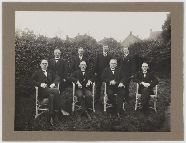 078644 - Groepsfoto. Acht leden van een bestuur, vermoedelijk Udenhout?