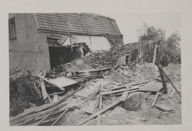 082212 - WOII; WO2; Schade door het bombardement bij de fam. Geerts, Versterstraat 182 A, Gilze. De Versterstraat heette toen Akkerstraat. De heer Adr. Geerts was onder de slachtoffers.