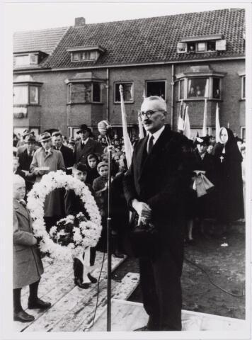 012655 - WO2 ; WOII ; Tweede Wereldoorlog. Herdenking. Toespraak van burgemeester Van de Mortel bij de onthulling en inzegening van het oorlogsmonument aan de Ringbaan-Zuid op 27 oktober 1945