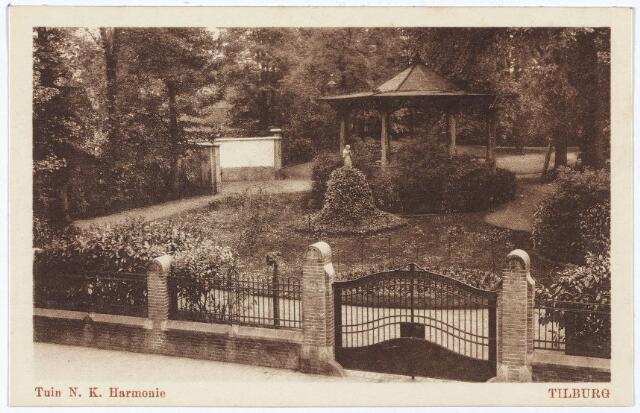 002591 - Tuinbeeld en kiosk in de tuin van sociëteit de Nieuwe Koninklijke Harmonie aan de Stationsstraat.