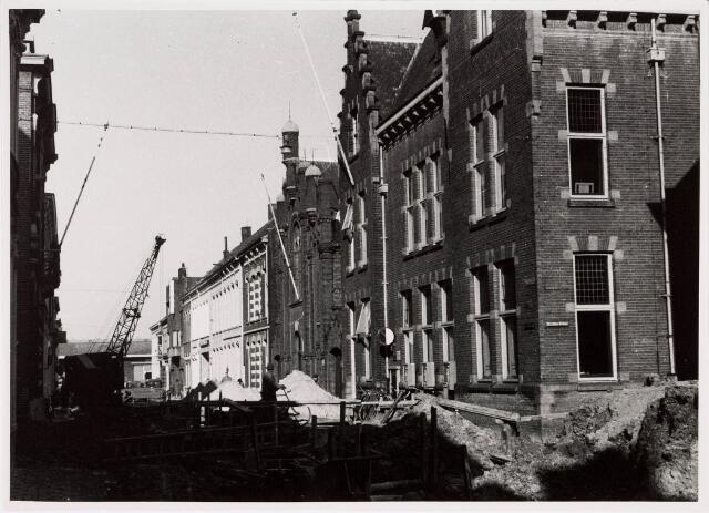 035225 - In de Willem IIstraat werd in 1957 een nieuwe riolering aangelegd, gezien vanaf de hoek Telegraafstraat hoek Postkantoor (noordelijk gedeelte)