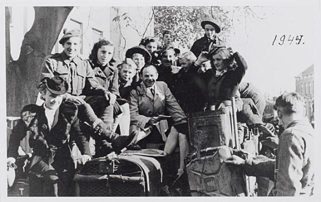 012270 - Tweede Weredoorlog. Bevrijding. Een volgeladen carrier van het Schotse leger  bij het Paleis-Raadhuis
