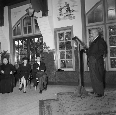 050392 - 40-jarig bestaan van St. Josephstudiehuis van de St. Josephcongregatie van Mill Hill, gesticht door dr. Ahaus en gebouwd in de jaren 1914/1915 onder architectuur van Jan van der Valk. Het gebouw stond weldra bekend als 'de rooi pannen', tevens dr Ahaus herdenking.