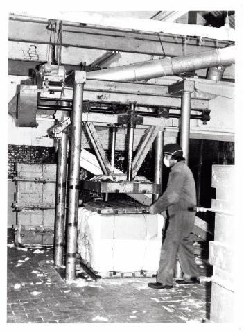 038106 - Textielindustrie. Interieur van de Firma Wolkat, lompengroothandel.