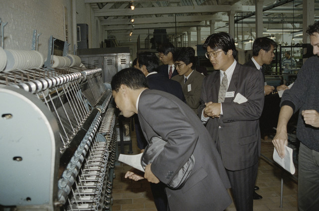 TLB023000284_001 - Foto gemaakt ter gelegenheid van de Japan Expo. Een delegatie brengt hier een bezoek aan het TextielMuseum.