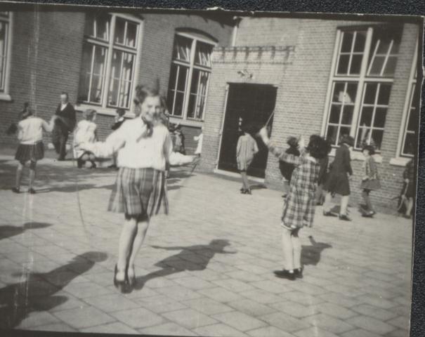 651455 - Klassenfoto 1931. Tilburg. Spelende meisjes. Speelplaats van de 3e openbare lagere school.