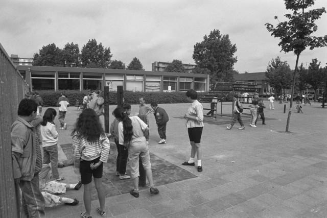 TLB023000185_001 - Spelende kinderen op schoolplein van een basisschool in de Stokhasselt. Foto gemaakt in kader van reportage Stokhasselt / PW