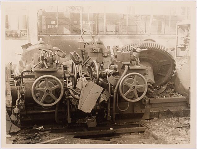 013165 - WOII; WO2; Tweede Wereldoorlog. Vernieling werkplaats NS.  Stille getuige van heftige bombardementen op de werkplaats van de NS in september 1944