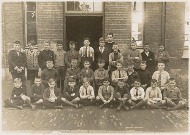 051238 - Basisonderwijs. Klassenfoto r.k. lagere school. St. Jozefschool behoorde onder de parochie de Heuvel.