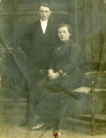 600207 - Trouwfoto van tuinman Wilhelmus Andreas van Haaren, geboren te Oost-, West- en Middelbeers op 14 september 1896 en Bernardina Josephina Adriana Maria Kolen, geboren te Tilburg op 20 augustus 1899. Zij trouwden te Tilburg op 14 november 1922.