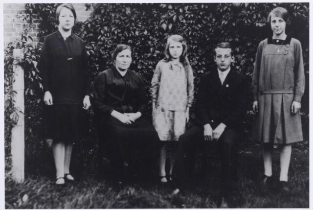 046204 - Het gezin Van der Zande-van Boxtel. Van links naar rechts; Johanna van der Zande geboren te Goirle op 23 januari 1914 en aldaar overleden op 1 maart 1998. Zij trouwde met Wim Stuart. Anna Maria Wilhelmina (Marie) van Boxtel, weduwe van Toon van der Zande, geboren te Goirle op 1 juli 1890 en overleden te Breda (St. Luciastichting) op 8 december 1978, Bets van der Zande, geboren te Goirle op 17 januari 1918 en overleden  te Tilburg op 13 januari 1999. Zij trouwde met Wim van Gils. Wim van der Zande, geboren te Goirle op 27 januari 1913, priester in de Belgische orde der augustijnen, overleden te Bertem op 28 februari 1986, en Nellie van der Zande, geboren te Goirle op 17 augustus 1915 en aldaar ongehuwd overleden op 11 augustus 1942.