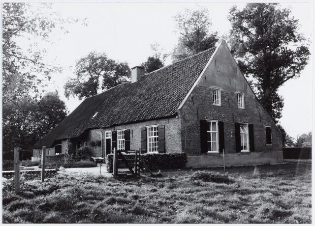 057025 - Zelt. De Vrije Hoeve aan de Zelt, al genoemd in 1433. Het huidige pand dateert van ± 1740.Het Vrije slaat op het feit dat zij van tiendplicht was vrijgesteld.