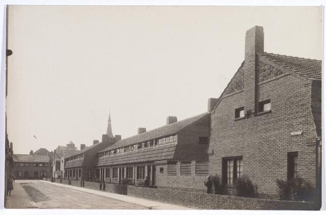 017388 - Walvisstraat in de richting van het Commelinplein. Op de achtergrond de kerk van de parochie Hoefstraat