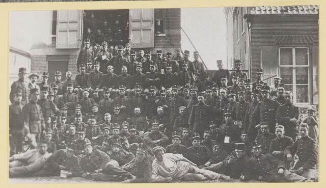 077350 - Groepsfoto Nederlandse soldaten.