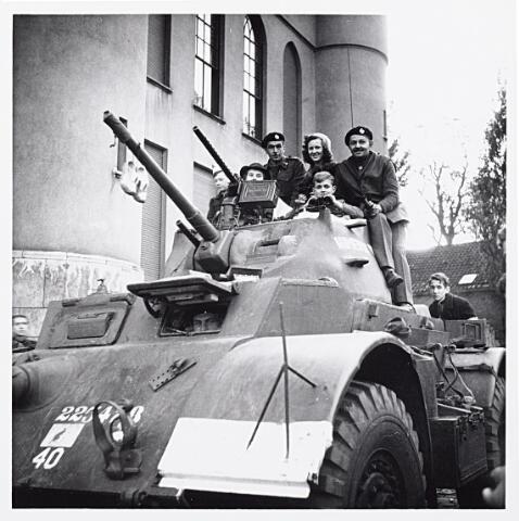 012160 - WO2 ; WOII ; Tweede Wereldoorlog. Bevrijding. Bemanning van een Canadese tank krijgen bezoek van enkele jonge Tilburgers