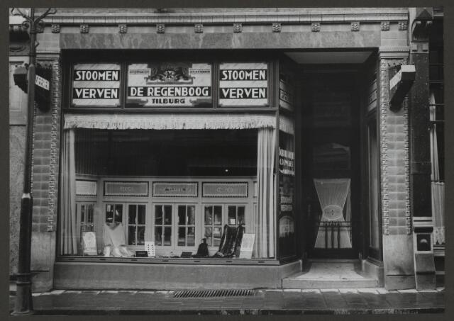 071889 - Een filiaal van stoomververij en chemische wasserij De Regenboog aan de Breestraat 159 te Leiden. De foto is afkomstig uit een album dat werd gemaakt en aangeboden naar aanleiding van het 40-jarig jubileum van textielfabriek De Regenboog van de firma Janssen en Bierens uit Tilburg op 2 december 1930.