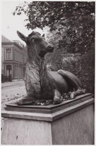 034888 - Kunst. Ingang Wilhelminapark een hert het werk van F.W. Braat (Delft), in de oorlog 1940-1945 verdwenen.