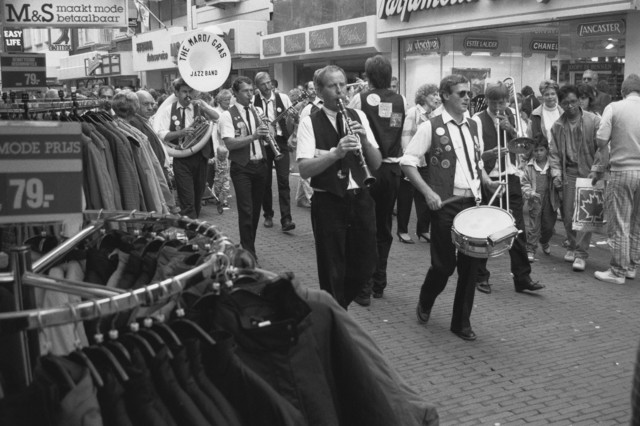 TLB023002550_001 - The Mardi Gras jazzband treed lopend op door de Heuvelstraat