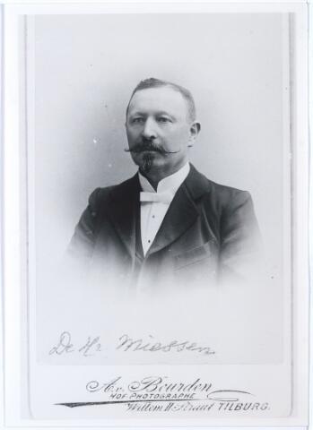 005156 - Ludwig MIESSEN 1851 (Eupen Dld. 1851 - Tilburg 1921), was de tweede directeur van de in 1878 opgerichte gemeentelijke Weefschool, later Tilburgse Textielschool geheten. Hij werd benoemd in 1885 en kreeg eervol ontslag in 1912. Hij werd opgevolgd door A.J. Handels. De eerste directeur van de Weefschool was Carl Pesch. Ludwig Miessen was getrouwd met Agnes Radermaecker (Membach Blg. 1853 - Tilburg 1915).      (reproductie; origineel niet in collectie aanwezig)