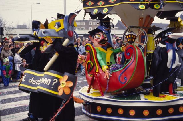 656874 - Carnaval Tilburg. Carnavalsoptocht in 1987.  Praalwagen met draaimolen tijdens d'n Opstoet.