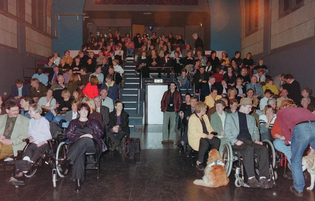 1237_001_039_003 - Vrijwilligers. De zaal zit vol bij de uitreiking van de stimuleringsprijzen vrijwilligerswerk door Stichting Contour in december 2000.