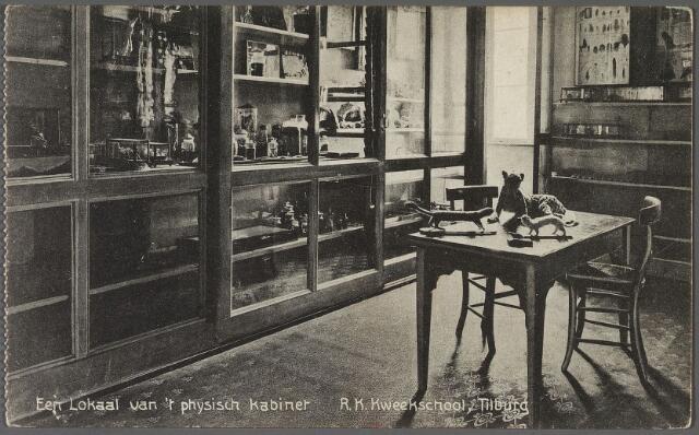010975 - Onderwijs. Een lokaal van 't physisch kabinet' van de r.k. kweekschool van de fraters van Tilburg aan de Gasthuisring.