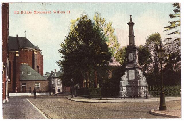 002486 - De Markt gezien vanuit de verlengde Monumentstraat. Rechts op de hoek van de Paleisstraat de gedenknaald voor koning Willem II. Links de kerk van het Heike. Voorbij de kerk het pand van de familie Bressers, ook gelegen aan de Monumentstraat.