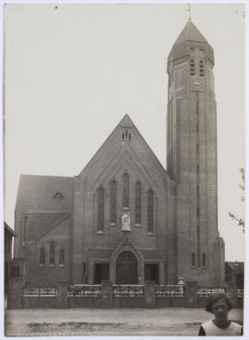 016555 - Kerk van de Heilige Famile van de parochie Broekhoven II, ontworpen door architect De Beer en afgebouwd in juni 1925. De kerk werd op 3 september 1972 gesloten