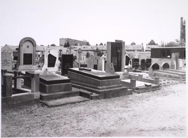"""025008 - Graven op het kerkhof van de parochie Korvel aan de Laarstraat. Op de achtergond de zogenaamde """"Heinekenflat"""" aan de Generaal Smutslaan"""