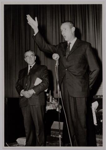 041184 - Vakbeweging. Op 31 augustus 1963 vierde de R.K. Bond Werkmeesters afd. Tilburg het 50-jarig bestaan. Op 14 september 1963 werd b.g.v. het jubileum een grote kindermiddag georganiseerd in het Chicago Theater aan de Koningin Julianastraat. Met optreden van een goochelaar, een tekenfilm en de film 'Grof geschut' met Stan Laurel en Olivier Hardy. Foto: links A. Pollet, rechts van Hal.