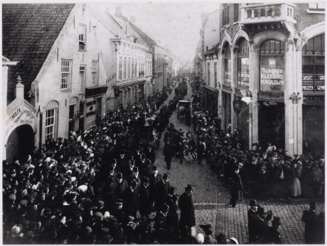 103435 - Begrafenis op 15 februari 1907 van burgemeester W.P.A. Mutsaers (1833-1907). De stoet in de Heuvelstraat hoek Markt.