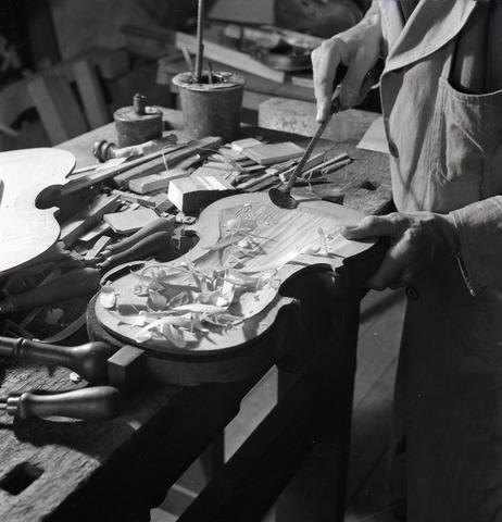 654520 - vioolbouwer Jan van Gorp aan het werk