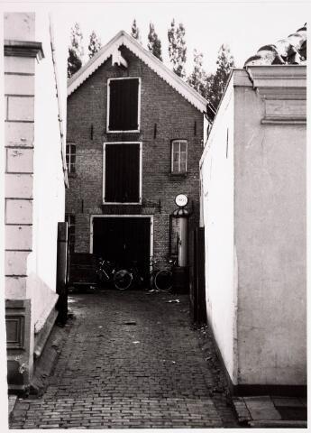 036215 - Monumentstraat inrijpoort firma de Bruyn naast café Schuurmans. Met Shellpomp.  Nu Stadhuisplein.