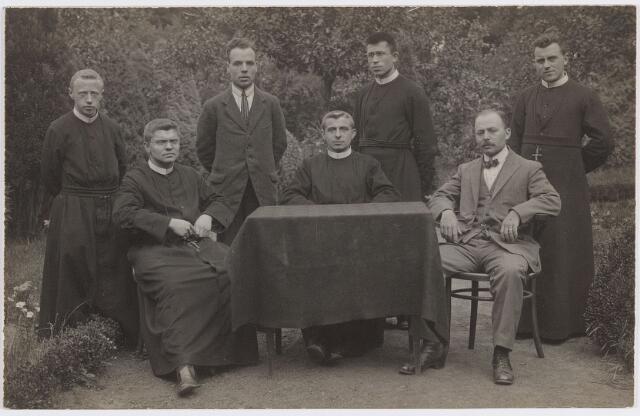 057380 - Basisonderwijs. St. Joannes van Oisterwijkschool. Personeel en fraters bij het afscheid van frater Ernest Adriaansen