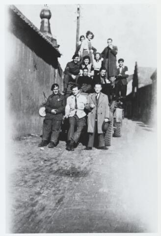 055634 - WOII; WO2; Hilvarenbeek, bevrijding. Engelse bevrijders in 1944 in de Koestraat. Op de voorgrond midden Jan Naaijkens.