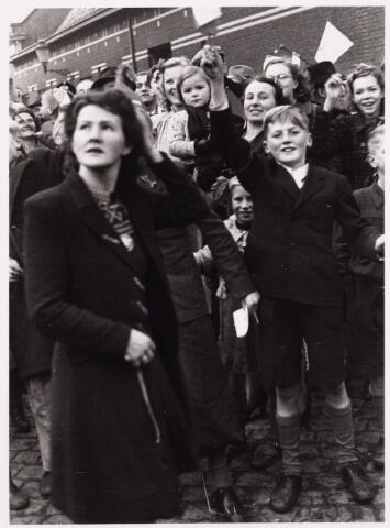 013337 - WO2 ; WOII ; Tweede Wereldoorlog. Bevrijding. Jong en oud, iedereen nam deel aan het huldebetoon aan de bevrijders. Hier een enthousiast groepje bij de Philharmonie aan de Kloosterstraat