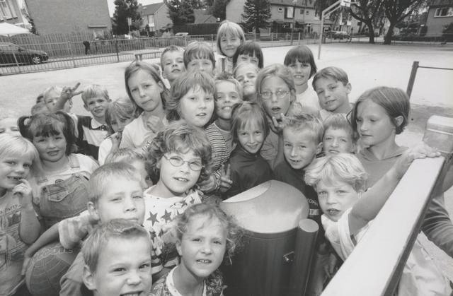 651273 - Mooi zo, Goed zo. Groepje kinderen op de speelplaats van basisschool St. Cecilia in Berkel-Enschot. De inrichting van de speelplaats was mogelijk door bemiddeling van Mooi zo, Goed zo. Op de foto staan o.a. Chris Dekkers, Lisette Lint, Hannah van Disseldorp, Sasja Kolsteren, Danny Thielen, kinderen van Roessel, Mabel van Brunschot, Jasper Govers, Lotte Schoonings, Emily Verbunt, Guus Lombarts, Joris Robben, Michelle van Dommelen en Juliëtte Franken. Meneer Ad was meester Ad Somers.