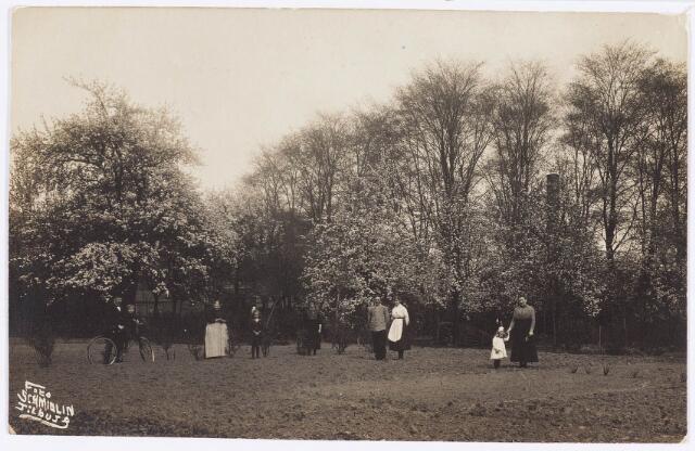 034906 - de familie Brekelmans in de tuin achter het pand Wilhelminapark 51