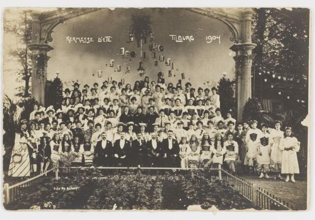 068226 - Muziekfeesten. Groepsfoto van de medewerkers aan de Zomerkermis (Kermesse d'ete) gehouden van 25 - 29 juni 1904.