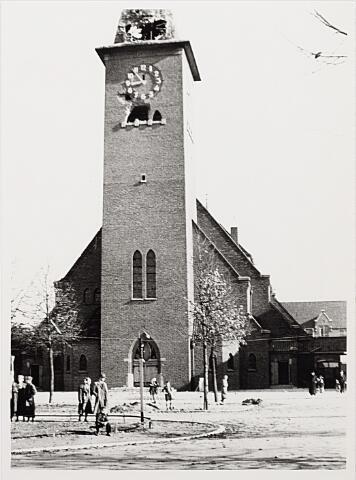 012416 - WO2 ; WOII ; Tweede Wereldoorlog. Vernielingen. Door geallieerd geschut zwaarbeschadigde Sacramentskerk aan de Ringbaan-Oost. De wegen rondom de kerk liggen bezaaid met brokstukken