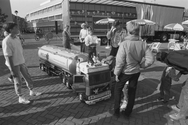 """TLB023002472_001 - Foto waarschijnlijk gemaakt bij de Brabanthallen in 's-Hertogenbosch bij de """"Europese behendigwedstrijden voor vrachtwagenchauffeurs""""."""