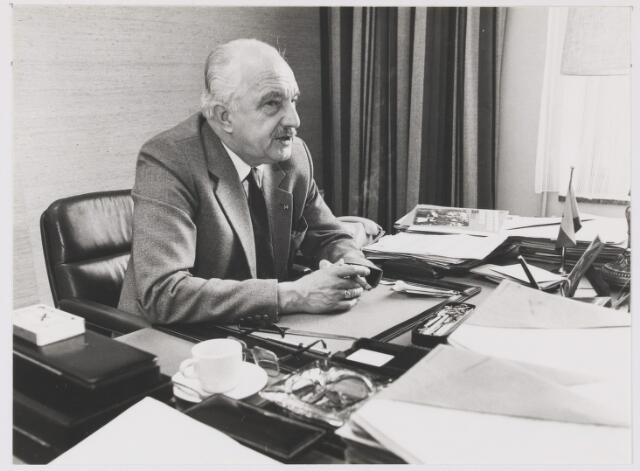 081112 - Burgemeester P.G. Ballings (1973 - 1983) in z'n werkkamer