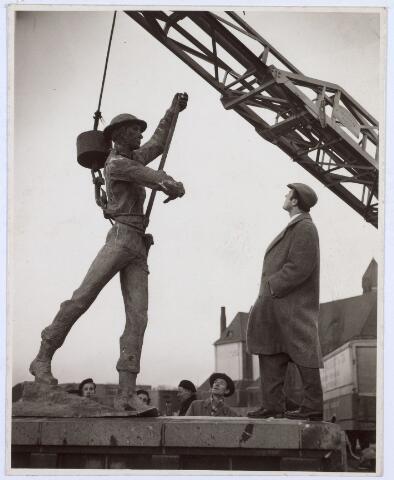 017961 - Oorlogsmonument. Plaatsing van het monument voor de gevallenen van de Prinses Irenebrigade. Het beeld werd vervaardigd door baron Speyart van Woerden uit Arnhem en op 27 oktober 1955 onthuld. In 1977 werd het verplaatst naar het Stadhuisplein