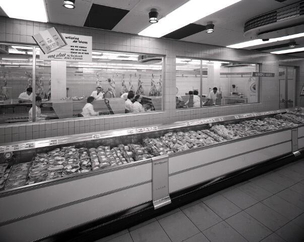 650554 - Schmidlin. De vleesafdeling van het warenhuis Priba, van 1961 tot 1965 gevestigd in de Heuvelstraat, 1961.