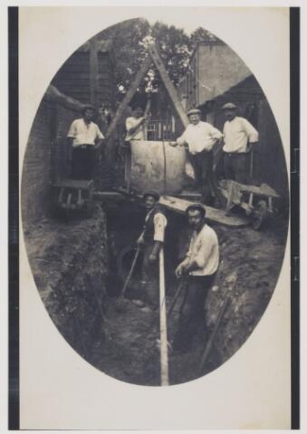 079697 - Oisterwijk, waarschijnlijk 1925. Aanleggen van het riool met 6 personen en 2 kruiwagens.