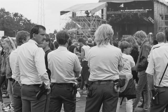 TLB023000010_001 - Bezoekers en Politie voor podium van Rockfestival Monsters of Rock gehouden in het Willem II Stadion