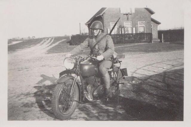 045331 - Tweede Wereldoorlog. Mobilisatie. Ordonnans op motor bij het brugwachtershuis bij de brug over het Wilhelminakanaal ter hoogte van het Heieind.