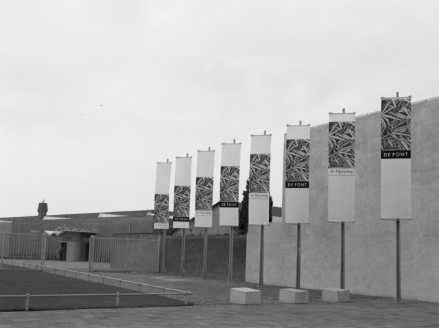 TLB023000383_001 - Gevel met hoofdingang van het De Pont Museum. Het museum is vernoemd naar de jurist en zakenman Jan de Pont (1915-1987) uit wiens nalatenschap in 1988 een stichting 'ter stimulering van de hedendaagse kunst' kon worden opgericht. Het museum is gevestigd in een voormalige wolspinnerij die door het Amsterdamse bureau Benthem Crouwel Architecten is verbouwd tot een ruimte waar hedendaagse kunst optimaal tot haar recht kan komen. De monumentale oude fabriek met de grote, lichte zaal en de intieme 'wolhokken' vormt een prachtige omgeving voor de vele kunstwerken.