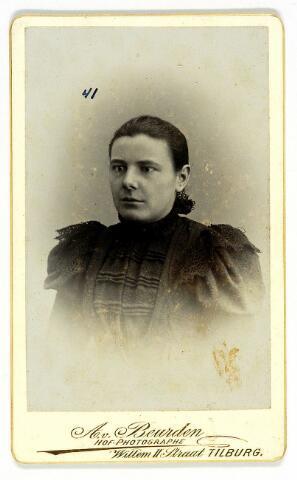 054593 - Martina Reijnen geboren te  Moergestel op 1 december 1877 en aldaar ongehuwd overleden op 6 april 1964. Zij was hoofdzelatrice van het H. Kindsheid, lid van de pauselijke missiegenootschappen, van de broederschappen van de H. Ermelindis en O.L.V. van Altijddurende Bijstand. Zij was begiftigd met het erekruis Pro Ecclesia et Pontifici. Zij was weldoenster van de kerk van Moergestel.